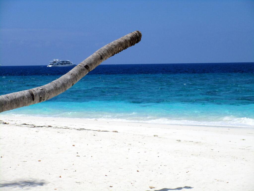 Dhigurah Beach